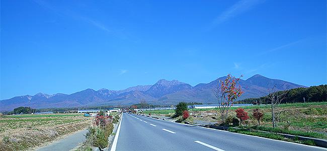 八ヶ岳を望む一本道。